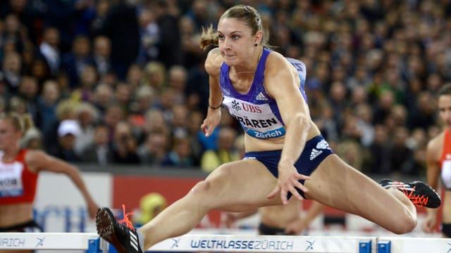 atleta Noemi Zbären cura sur l'obstachel