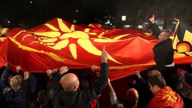 Nationalisten protestieren mit verbotener Flagge.
