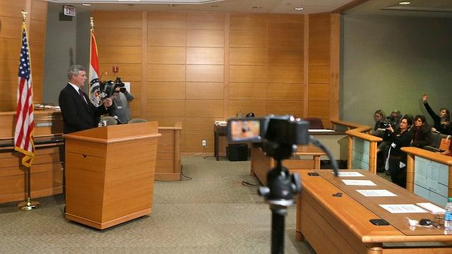 Staatsanalt McCulloch eröffnet den Jury-Entscheid vor den medien in Ferguson. (reuters)
