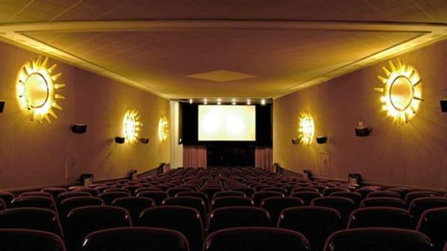 Der Saal des Central mit Wandlampen im Stil der 60er Jahre.