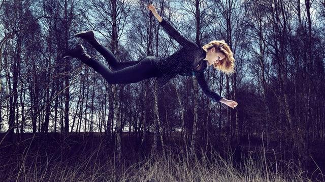 Eine Frau schwebt über dem Boden.