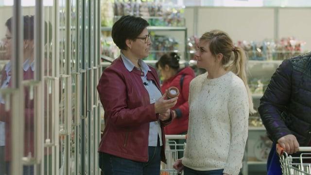 Zuckerlos einkaufen, ist eine Herausfoderung: Esther Rechsteiner zusammen mit Ernährungsberaterin Sophie Stirnimann auf Einkaufstour.