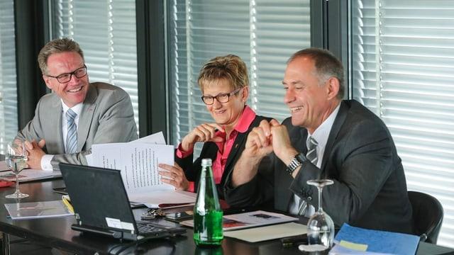SBB-CEO Andreas Meyer, Baselbieter Baudirektorin Sabine Pegoraro, Basler Baudirektor Hans-Peter Wessels an einem Tisch vor den Medien.