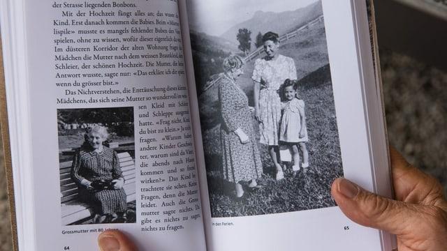 Hände, die ein Buch mit schwarz-weiss Fotos halten