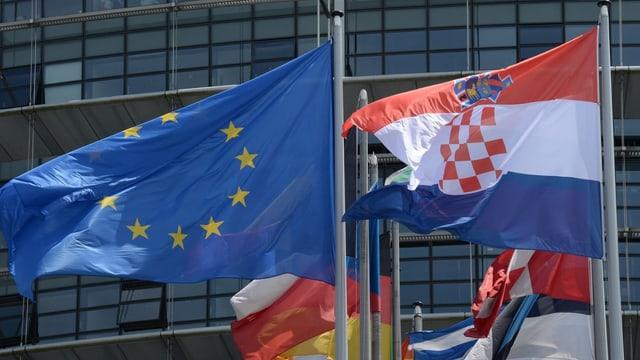 EU-Fahne und Kroatien-Fahne im Wind.