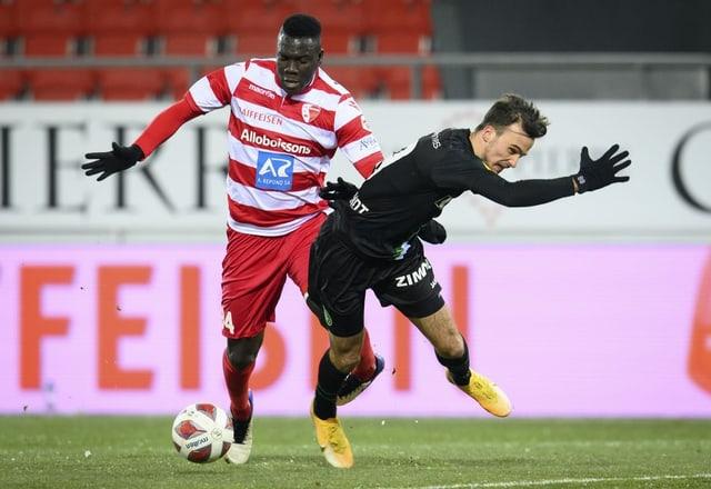 Sions Ndoye im Zweikampf mit FCSG-Torschütze Guillemenot.