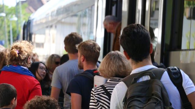 Viele Leute steigen am Bahnhof in Rastatt aus einem Bus aus.