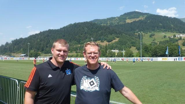 Uwe Cybula (dretg) e ses figl Dominik Cybula (dretg) davant la plazza da ballape Crap Gries a Schluein.