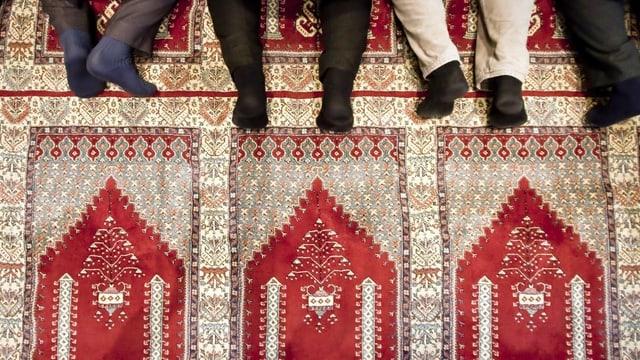 Männer beim Gebet in einer Moschee.