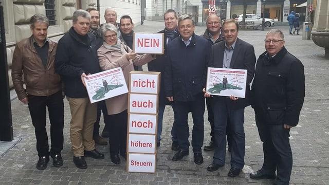Vertreter der Luzerner SVP bei der Einreichung des Steuerreferendums.