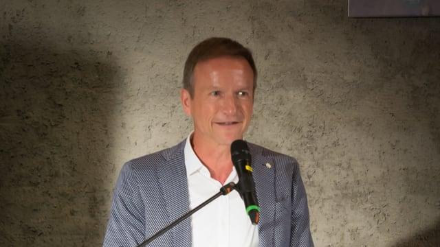 Mann vor Mikrofon