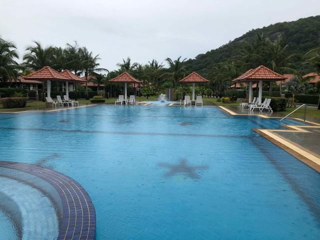 Ein Swimmingpool umgeben von Liegestühlen