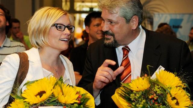 Yvonne Beutler erhält nach ihrer Wahl Blumen und Gratulationen.