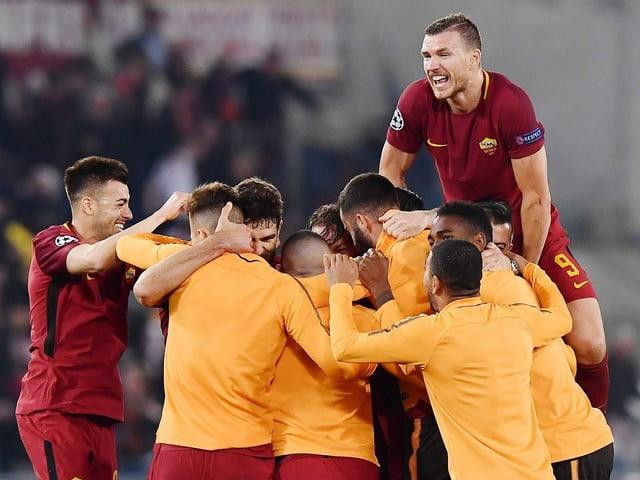Edin Dzeko und Co. bejubeln die sensationelle Wende gegen Barcelona.