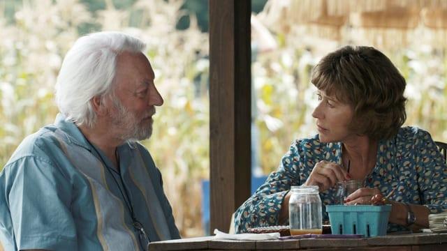 Mann und Frau sitzen an Tisch