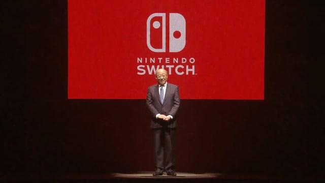 Vor einem grossen roten Switch-Logo.