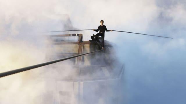Mann auf einem Seil hoch über den Wolken und auf Höhe der Hochhäuser in New York mit einem langen Balancierstab in der Hand.