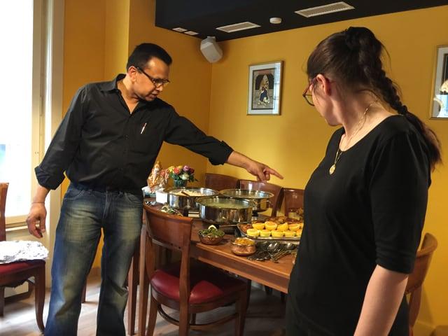 Jeannine Schilder und Prasad Bharanya präsentieren das Buffet.