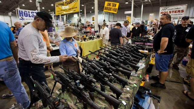 Ausgestellte Gewehre an einer Waffenshow im US-Staat Virginia.