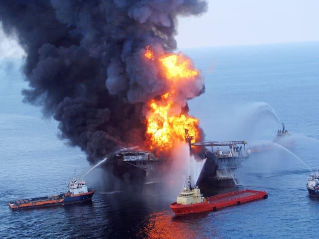 Die Ölplattform «Deepwater Horizon» brennt.