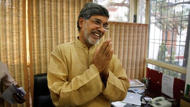 Kailash Satyarthi lächelnd mit gefalteten Händen