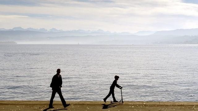 Spaziergänger am Ufer des Zürichsee