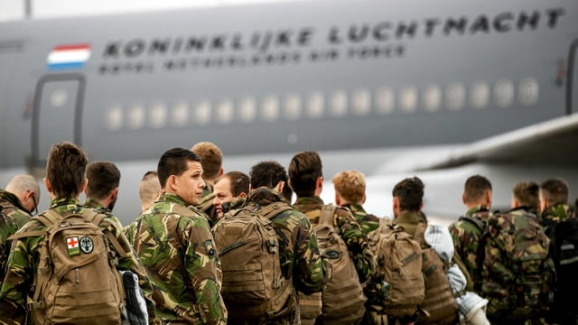 Soldaten beim Einstieg in ein Transportflugzeug
