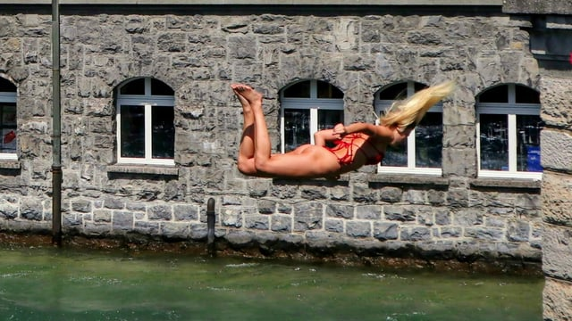 Junge Dame mit Kunstsprung in die Aare.
