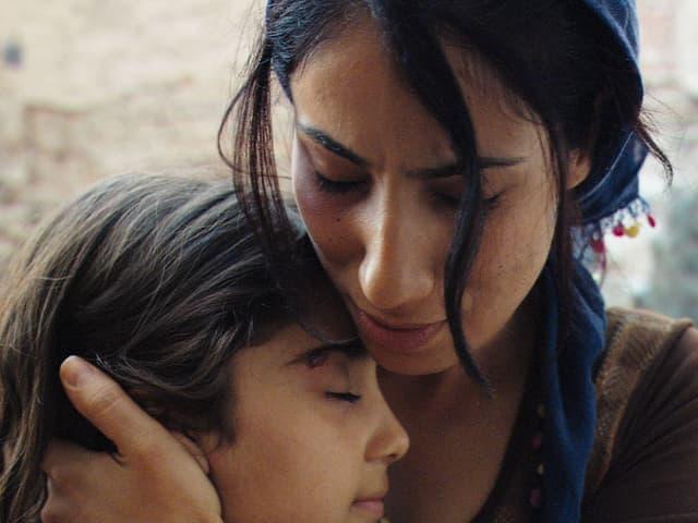 Eine Tante tröstet ihre Nichte.