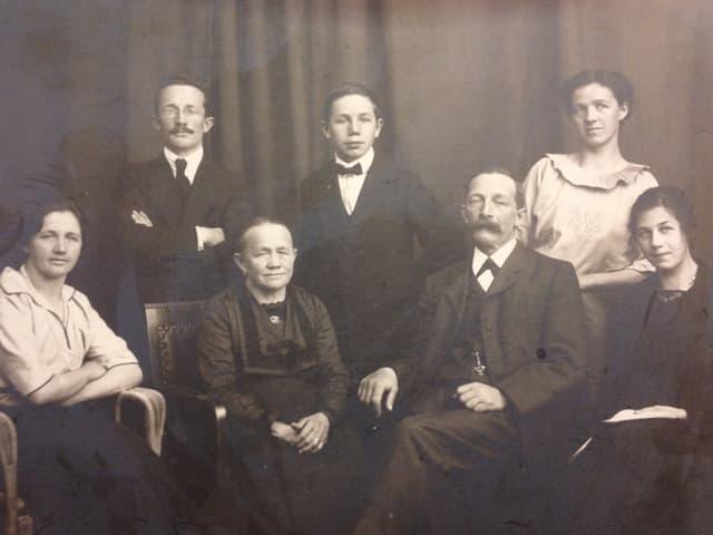 Eine alte Fotografie von einem Ehepaar und seinen fünf Kindern.