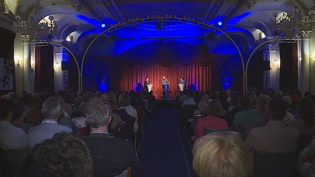 La sala plaina en il Reine Victoria durant la segunda debatta per il presidi a San Murezzan.