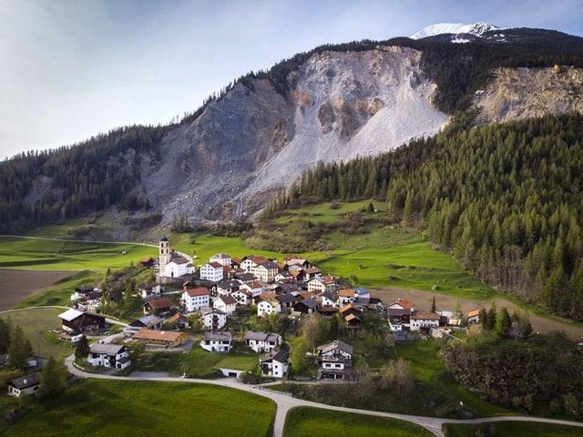 Ein Dorf am Fusse eines Bergs.