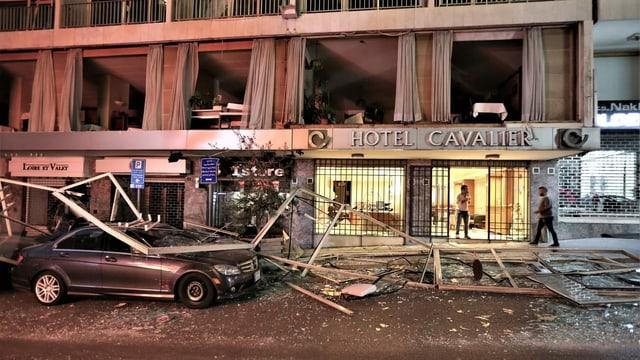 Ein Hotel ohne Fensterscheiben, ein zerdrücktes Auto davor