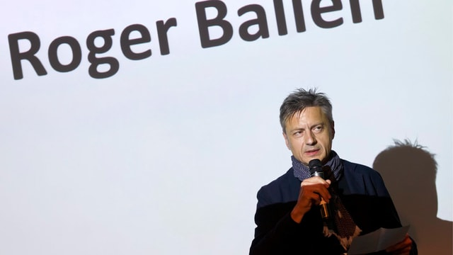 Am Rande der «World Press Photo 12»-Ausstellung in Zürich kündet der Keystone-Geschäftsführer Jann Jenatsch den US-amerikanischen Fotografen Roger Ballen an.
