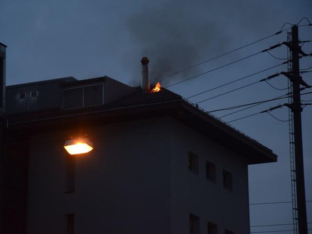 Feuer lodert aus Dach.