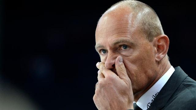 Hans Kossmann, bis Sonntag Cheftrainer von Fribourg-Gottéron, mit ratloser Miene.
