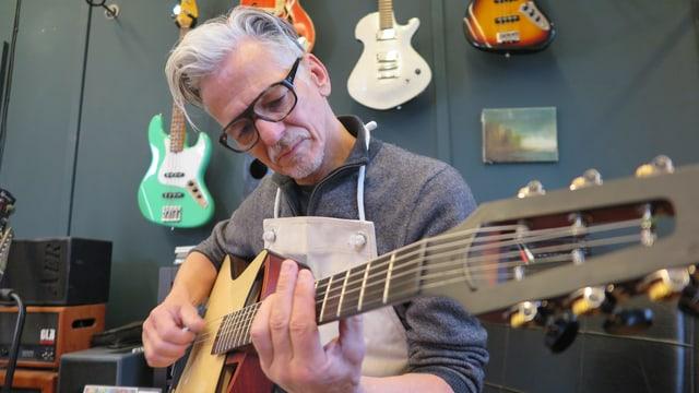 Pagelli mit Gitarre