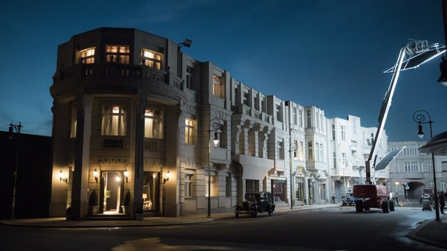 Für «Babylon Berlin» nachgebaute Häuserfassade in den Filmstudios Babelsberg.