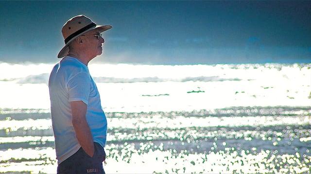 Irvin Yalom schaut aufs Wasser
