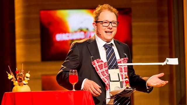 Stefan Heuss präsentiert die Stehlunchkrawatte.