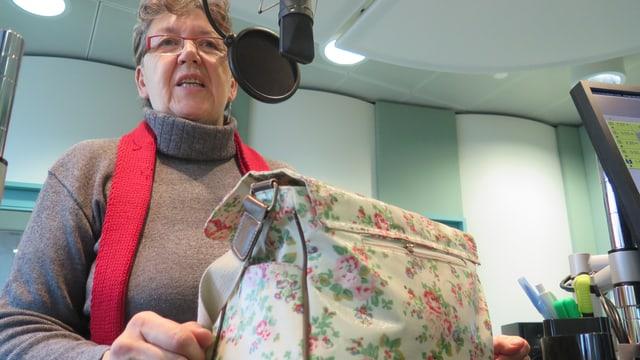 Marie Eve Morf im Studio des Regionaljournals Aargau Solothurn, zusammen mit ihrer Arbeitstasche.