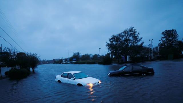 dus autos stattan en via inundada