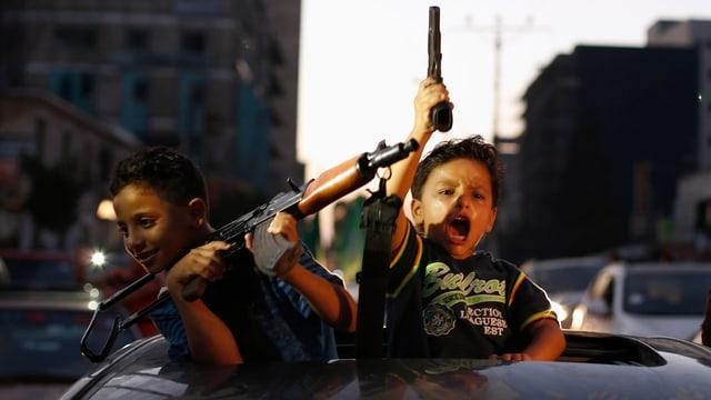 Kinder mit Waffen jubeln