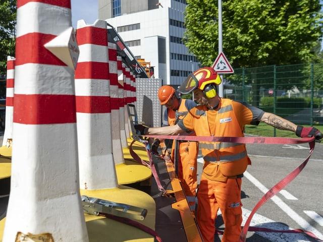 Die Strassensperren an der Grenze zu Frankreich werden entfernt an der Hueningerstrasse in Basel.