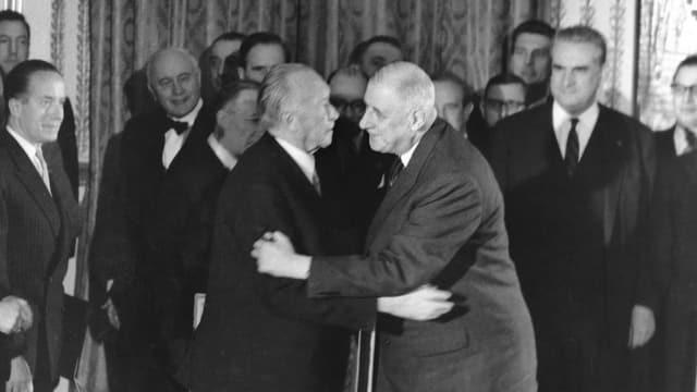 Umarmung von Adenauer und de Gaulle