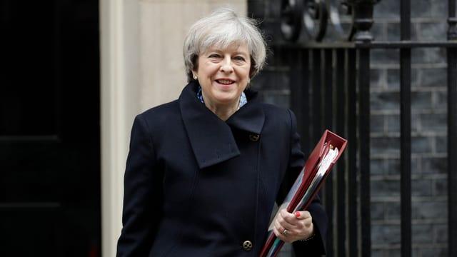 Die britische Premierministerin Thersa May mit einem Stapel Akten unter dem Arm.