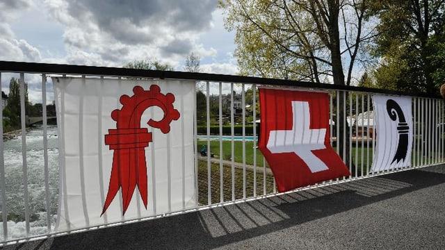 Basler und Schweiz Flaggen an Birsbrücke