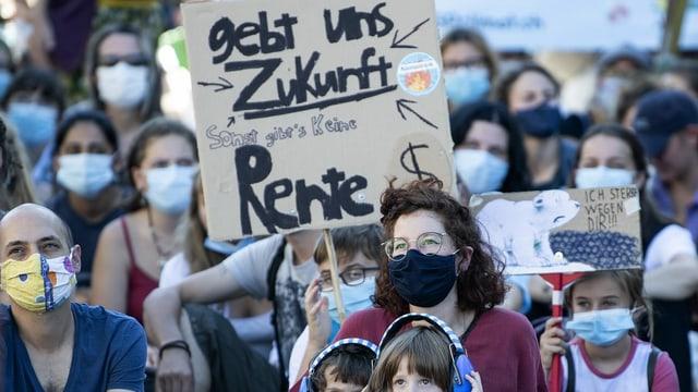 Junge Demonstrierende halten ein Plakat. Darauf steht: Gebt uns Zukunft, sonst gibts keine Rente.