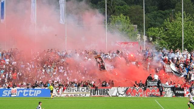 FC Aarau-Fans haben Pyro-Fackeln gezündet.