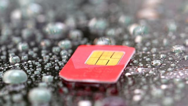 Eine rote SIM-Karte auf gemustertem Untergrund